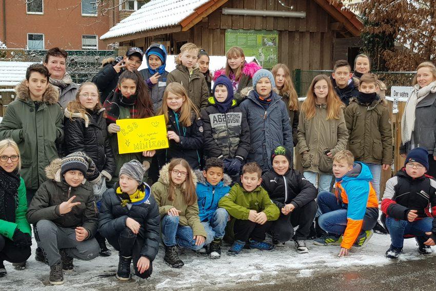Schüler der Realschule an der Burg spenden an den Förderverein Minizoo.