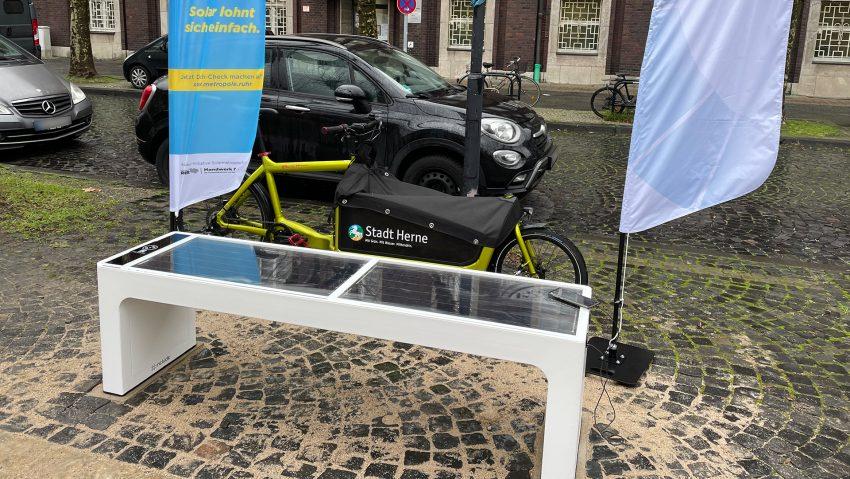 Neue Solarbank zum Handy laden auf dem Friedrich-Ebert-Platz gegenüber des Eingangs zur Polizei.