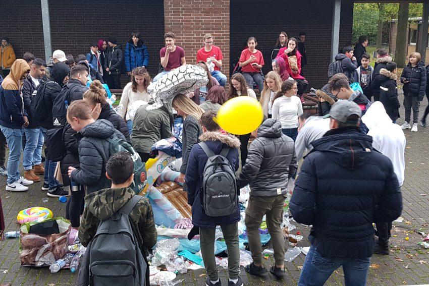 Zum Thema Umweltverschmutzung: Deadpool-Performance an der Erich-Fried-Gesamtschule.