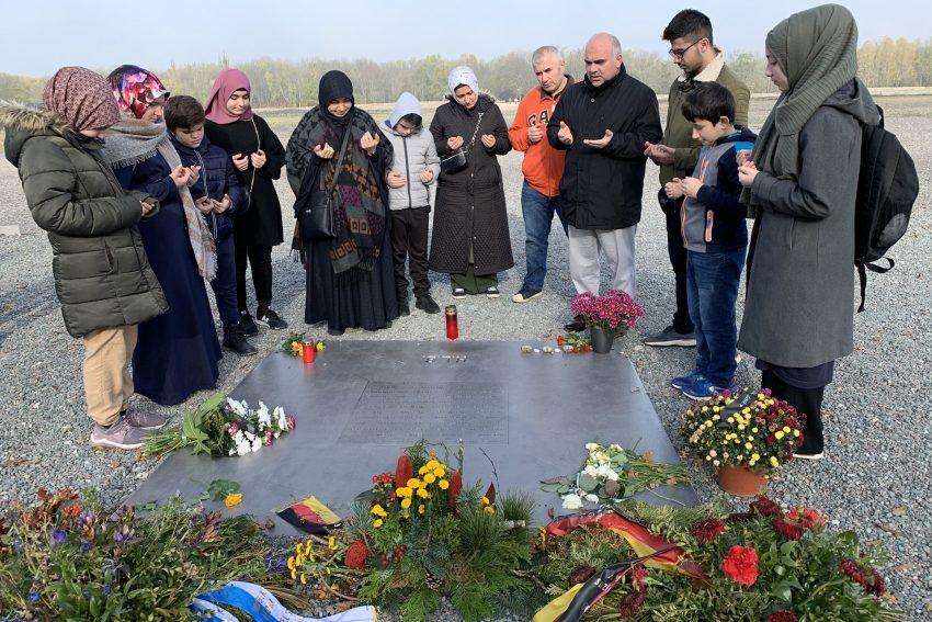Mitglieder der Islamischen Gemeinde besuchen das Konzentrationslager Buchenwald.