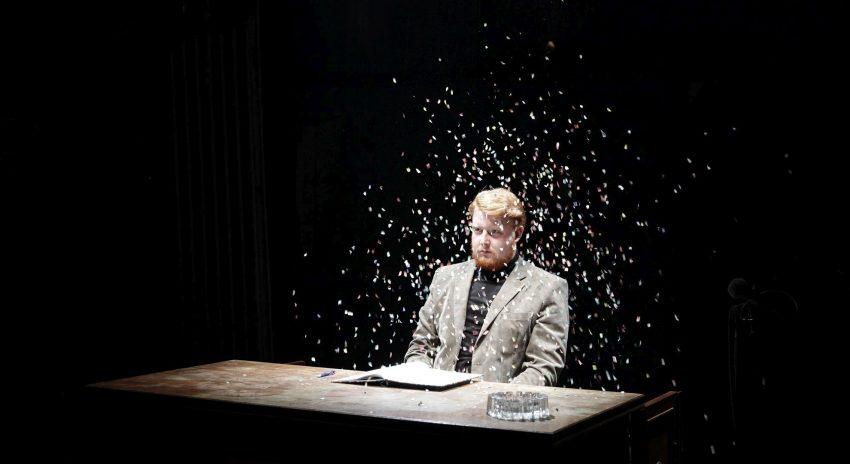 Lukas Vogelsang begeistert als Edward, der Hamster, in der Actionlesung der Parabel von Miriam und Ezra Elia im Rottstr5Theater.
