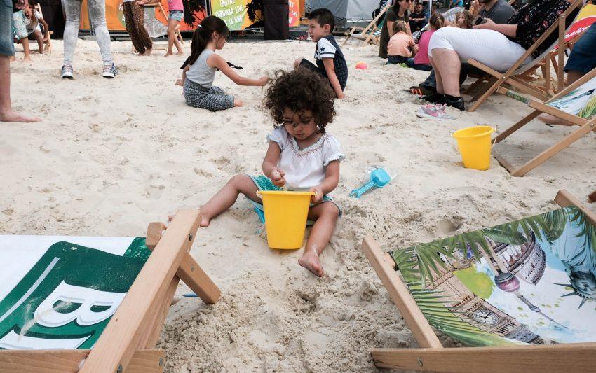 Maria spielt im Sand.