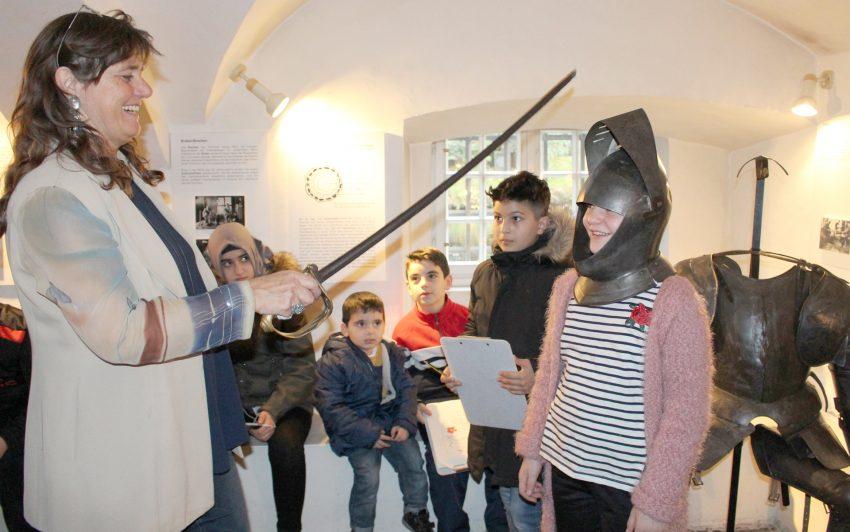 Ritterschlag und Ausstellungsobjekte begeisterte die Besuchergruppe.