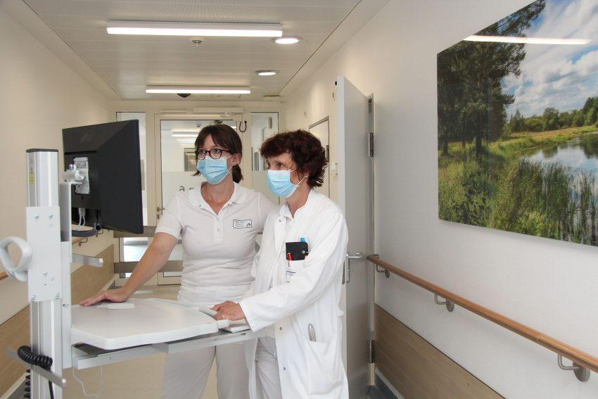 Während der Visite auf der neuen Station: v.l. Oberärztin Esther Keller mit Chefärztin Dr. Sylke Düllberg-Boden.