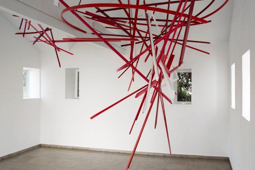 Die rot-weisse Arbeit: Tales of Space von Boris Doempke. Installation für den Pavillon des Gerhard-Marcks-Hauses Bremen; Holz, Lack, 2018.