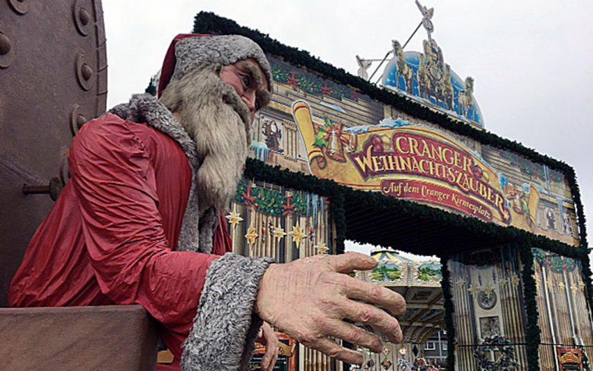 der Weihnachtsmann begrüßt die Besucher.