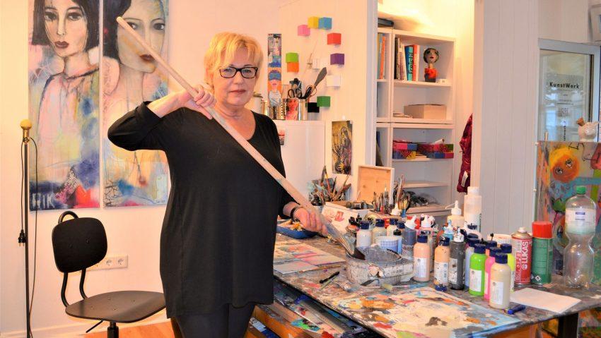 Annette Ihme-Krippner in ihrem Atelier KunstWerk 7 in Constantin.