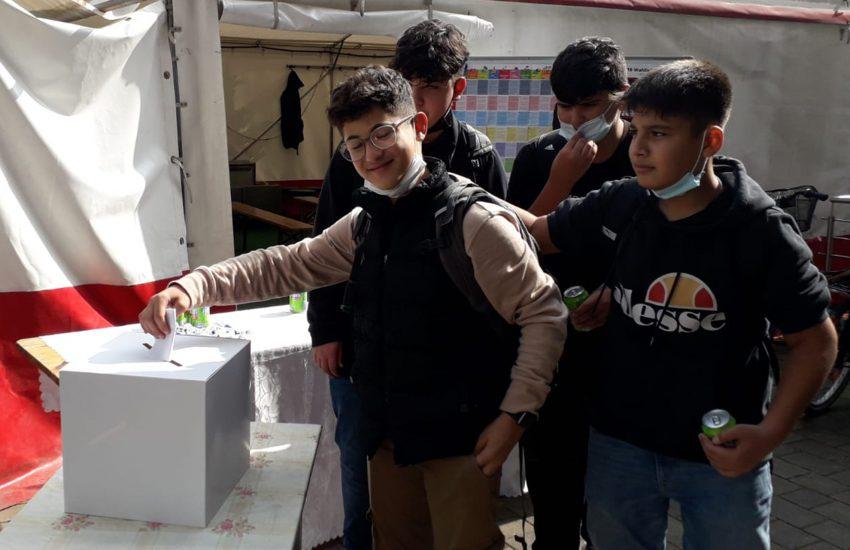 Wähler der U18-Wahl bei der Stimmabgabe.