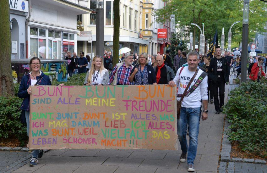 Protest gegen den Aufmarsch der Rechten - getarnt als Spaziergang durch die Herner City. Dazu versammelten sich Menschen auf dem Robert-Brauner-Platz. Foto: Carola Quickels