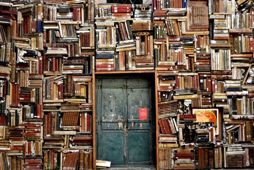 Eine Wand aus Büchern.