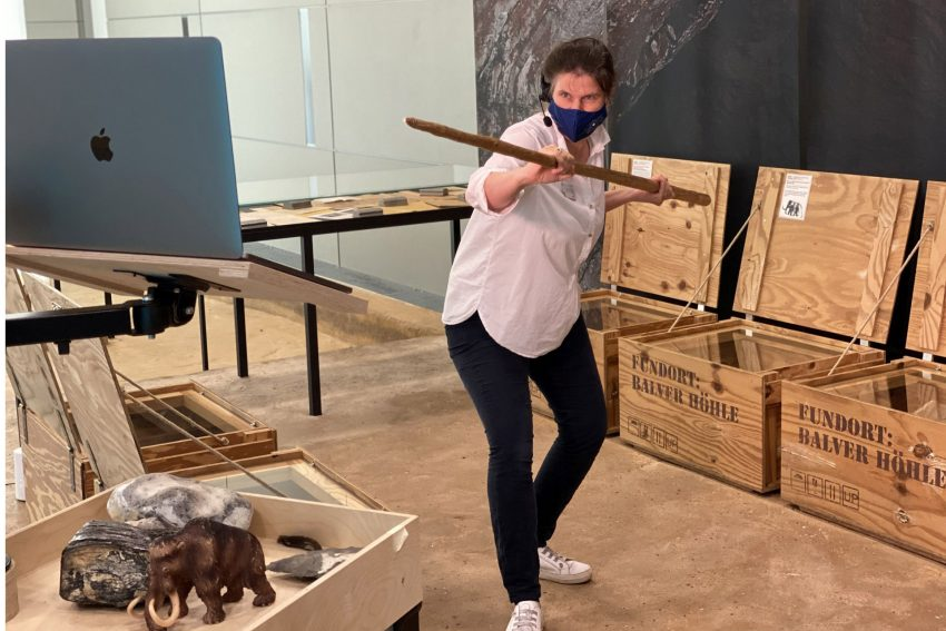 Sylvia Bachmann, Museumspädagogin des Archäologiemuseums, veranschaulicht die Jagd mit dem Speer.