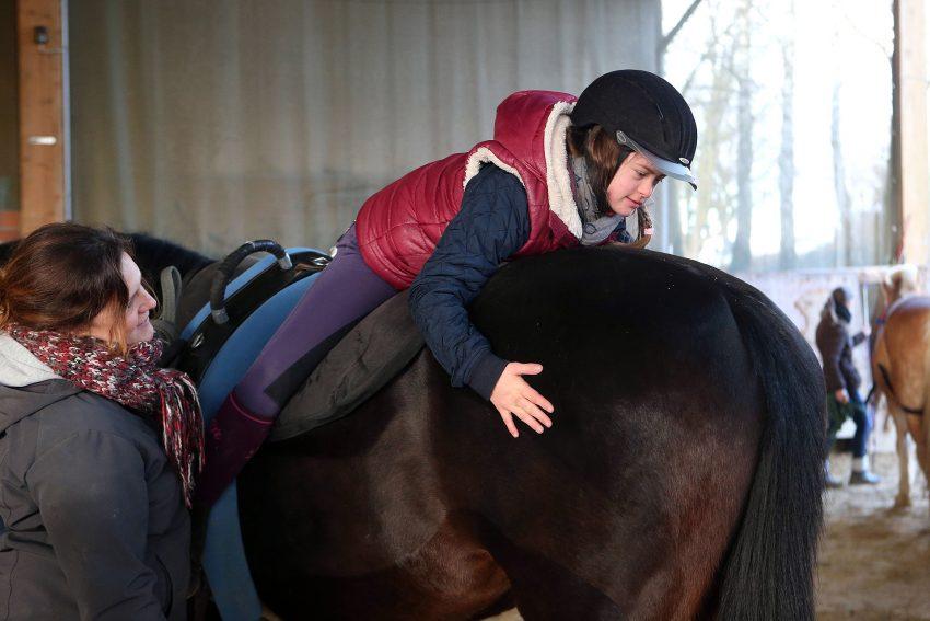 Nadine Kaisereck hilft aufs Pferd.