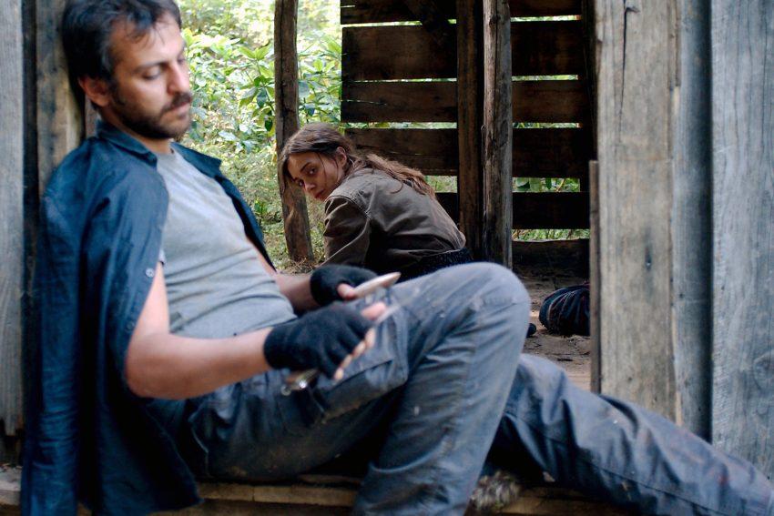 Sibel und Ali verstecken sich im Wald.