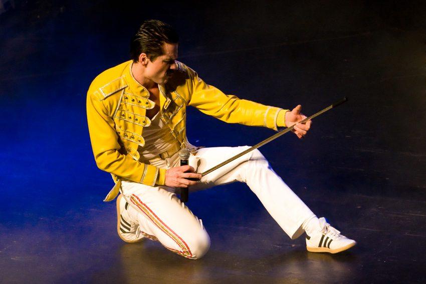 Harry Rose als Freddie Mercury.
