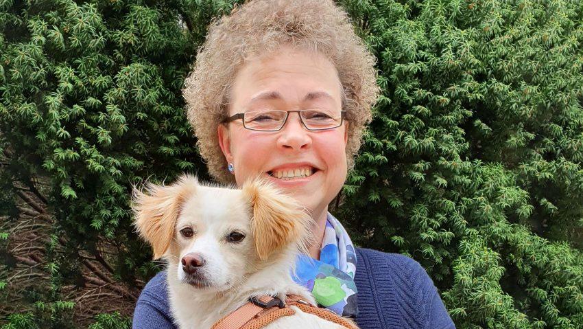 Vorlesepatin Jutta Wiemers mit Therapiehund Milky (Therapiezentrum Urbisana).
