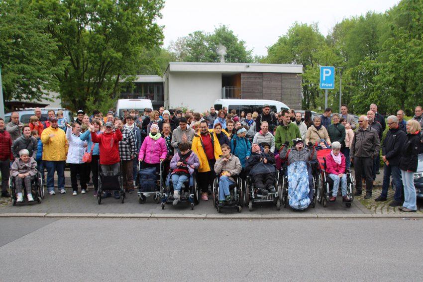 Rund 180 Menschen mit Behinderung, Mitarbeitende und Angehörige nahmen an der Mai-Wanderung 2019 des Wittekindshofs teil.