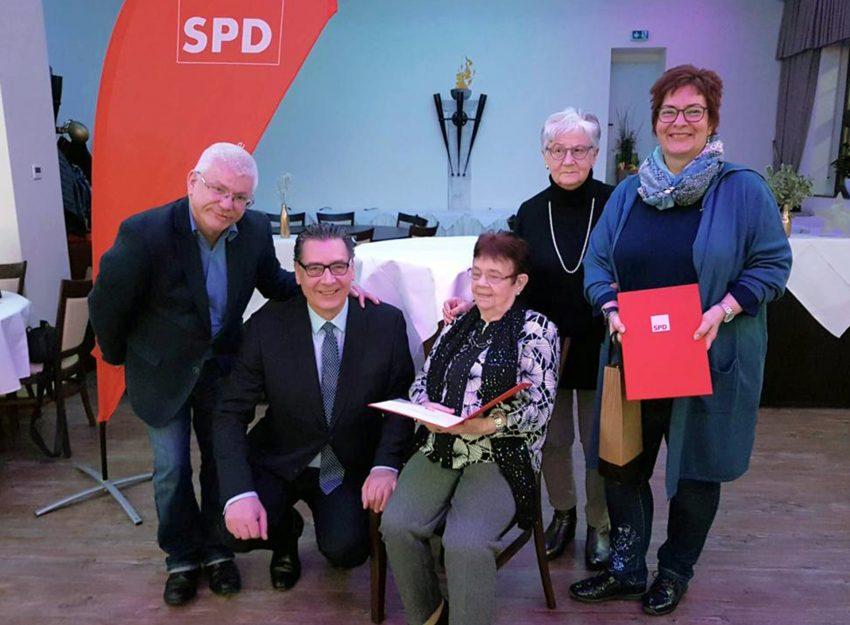 v.l. Winfried Marx (OV-Vorsitzender) Udo Sobieski (SPD Ratsfraktuionsvorsitzender) Luise Salwski (Jubilarin 50 Jahre), Ilsa Ferlemann (Kassiererin) Tanja Hinz (Jubilarin 25 Jahre).
