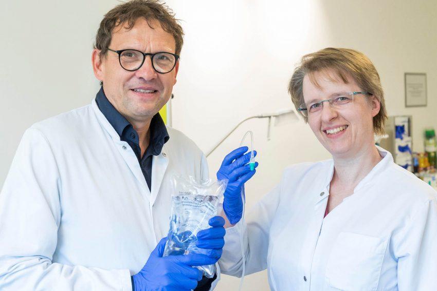 v.l. Prof. Dr. Dirk Strumberg, Direktor der Medizinischen Klinik III – Hämatologie und Onkologie des Marien Hospital Herne und die leitenden Oberärztin Dr. Beate Schultheis erklären was sich hinter der Immuntherapie verbirgt.