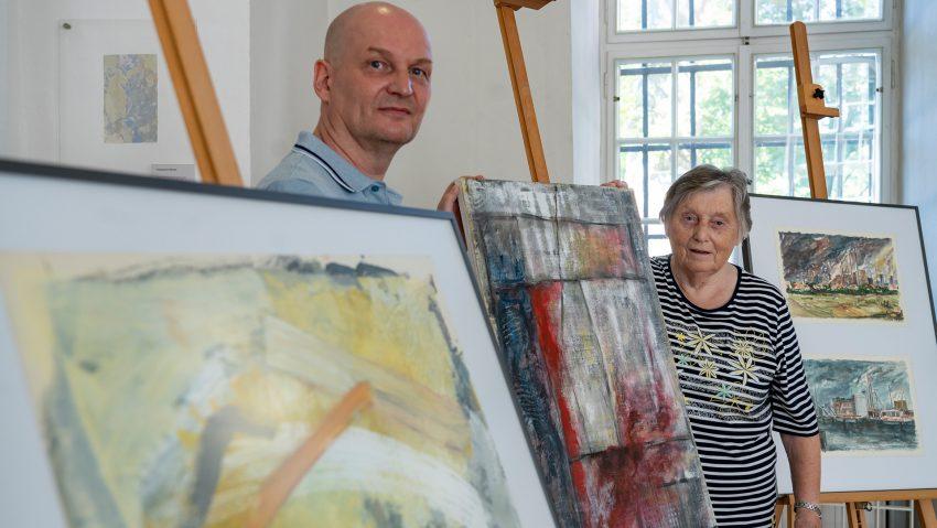 Schenkung von mehreren Werken von Gerhard Konopa (1935-2002) an das Emschertal-Museum, v.li. Thomas und Christa Konopa.