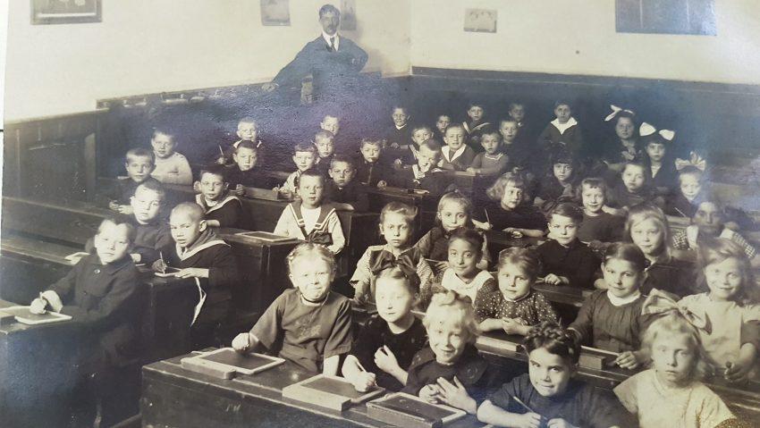 Grundschüler der ersten Klasse der evangelischen Schule an der Kirchhoffstraße in Herne im Jahr 1922. Foto aus Privatbesitz von Heike Ratsch, Herne.
