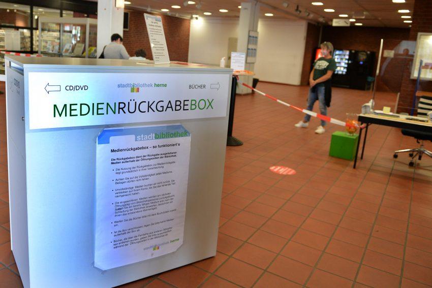 Die Stadtbibliothek am 1. Tag (27.4.2020) nach der fünfwöchigen Schließung, die das Corona-Virus erforderlich machte. In die Rückgabebox können Kunden ihre Medien geben, die sie zurückbringen.