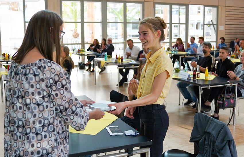 Jugendliche erhielten eine Urkunde und ein Geschenk.