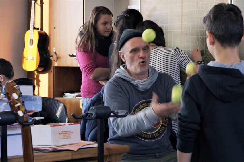 Auch Jonglage gehört zum außergewöhnlichen Unterricht, den Herr Bachmann an der Gesamtschule Stadtallendorf gibt.