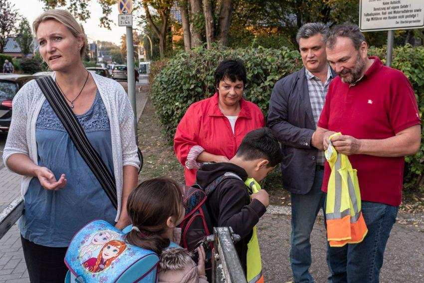 Zu Fuß zur Schule - eine Aktion an der Grundschule Pantringshof. im Bild: Verena Bohle, Ratsmitglieder Birgit Klemczak, Thomas Spengler und Stadtrat Karlheinz Friedrichs.