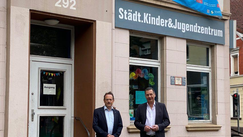 Die SPD-Fraktion besuchte mit ihrem Vorsitzenden Udo Sobieski (re.) und Ulrich Klonki, Vorsitzender des Ausschusses für Kinder Jugend und Familie, das Jugendzentrum Die Wache.