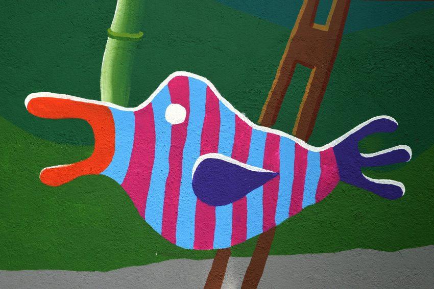 Motive der bunt bemalten Garagenwand am Verkehrsübungsplatz - gestaltet von der Künstlerin Cara Lila Bauer.