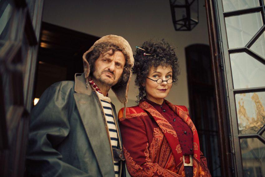 Mary Cornfield (Nadja Uhl) und ihr Bruder, Mortimer Morrison (Milan Peschel), beobachten die neue magische Gemeinschaft.