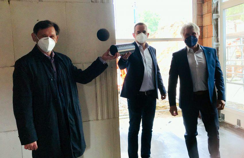 OB Dr. Frank Dudda, Ansgar Montag und Georg Meinderink beim Einlegen der Zeitkapsel.