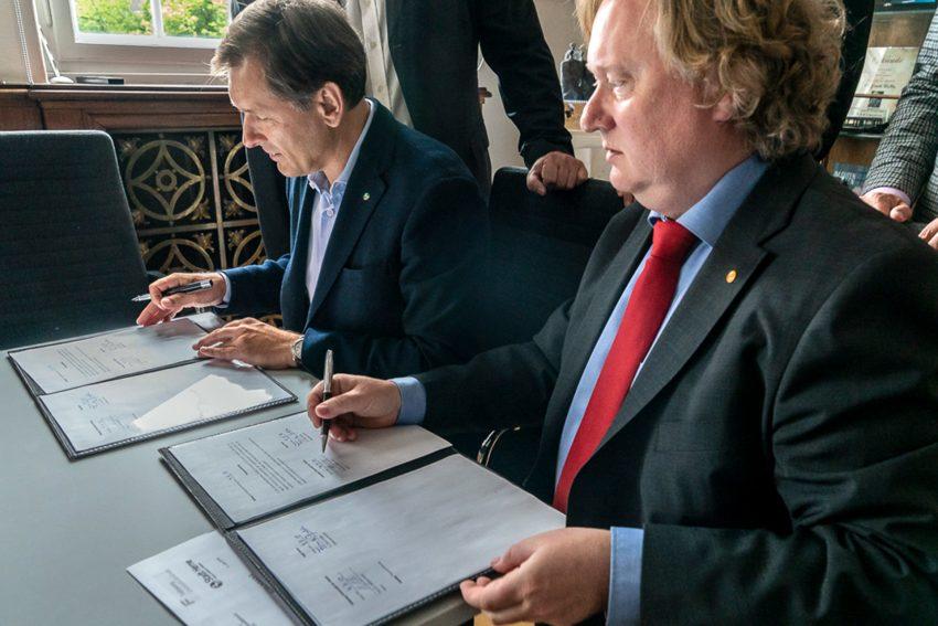 Frank Dudda (l.) und Andreas Jacob unterzeichnen den Vertrag