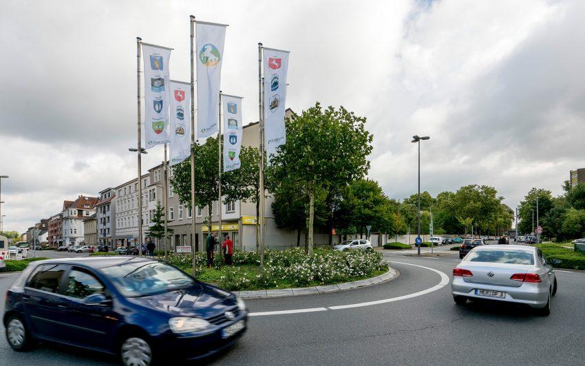 Die neuen Fahnen am Bhanhofsplatz.