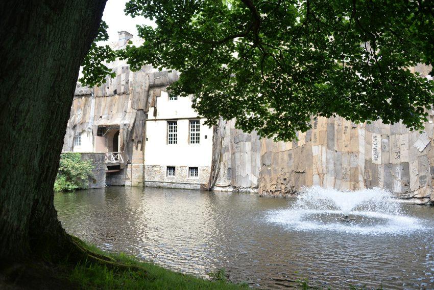 Kunst und Kohle: Starkregen hat die Verhüllung am Schloss beschädigt.
