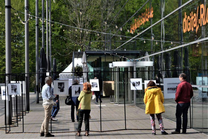 """Die Fotoausstellung """"Sie stellen sich vor. Ansichten der Zuschauer"""" zum 75-jährigen Jubiläum der Ruhrfestspiele ist open air auf dem Grünen Hügel zu sehen."""