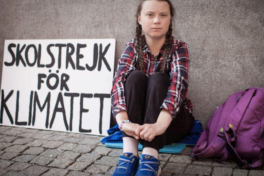 """Greta mit ihrem weltberühmten Schild """"Schulstreik fürs Klima""""."""