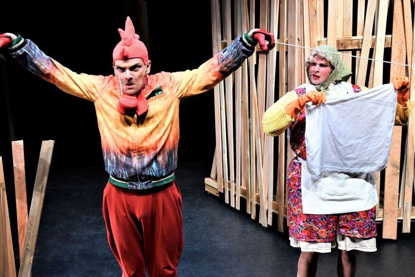 Der laute Hahn (Chris Carsten Rohmann) stört die Bäuerin (Thyra Uhde).