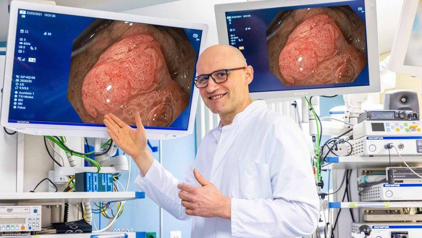 Dr. Viktor Rempel, Chefarzt der Klinik für Gastroenterologie des St. Anna Hospital Herne, zeigt wie sich die Strukturen einer Wucherung innerhalb eines Polypen durch die bessere Ausleuchtung vom restlichen Gewebe absetzen.