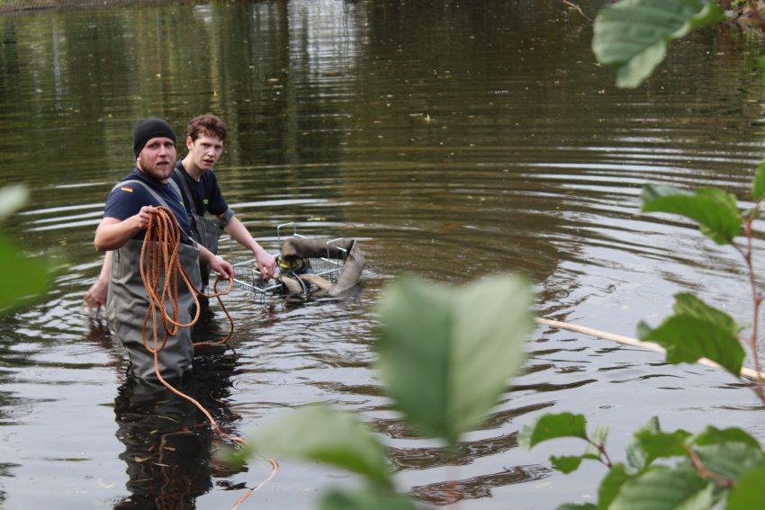 Das THW Ortaverband Herne senkt für die Stadtverwaltung den Wasserspiegel des Ostbachteiches um 50 cm ab.