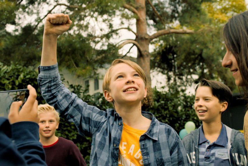 KinoFilm: Zu weit weg. Teamgeist ist das A & O beim Fußball. Ben (Yoran Leicher) in Siegerlaune