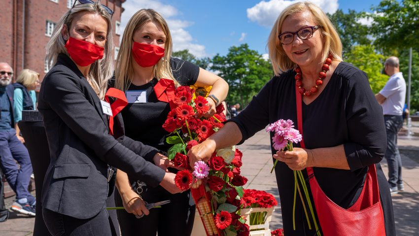 Internationaler Tag der Erinnerung an Drogentote am Buschmannshof mit der Aidshilfe, (v.li.) Vorsitzende Kristin Pfotenhauer, Stellvertreterin Kristin Dürre und Bürgermeisterin Andrea Oehler.