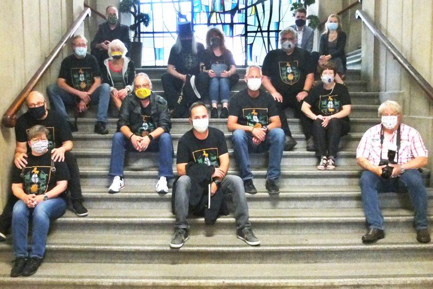 Die Mondritter warten auf der Rathaustreppe coronagerecht auf die Auszeichnung für ihren Hotte.
