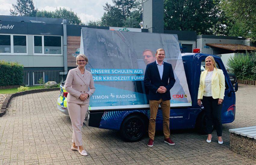 Am #zukunftsmobil von OB Kandidat Radicke: Anja Karliczek und Petra Vogt.