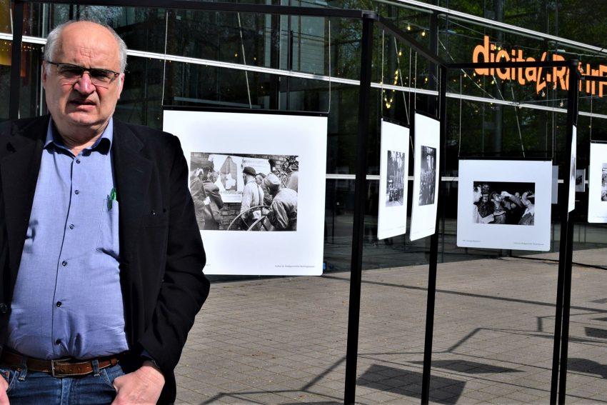 """Kurator Andreas Rossmann neben dem einleitenden Foto """"Arbeit und Kultur gehören zusammen"""" von 1949."""