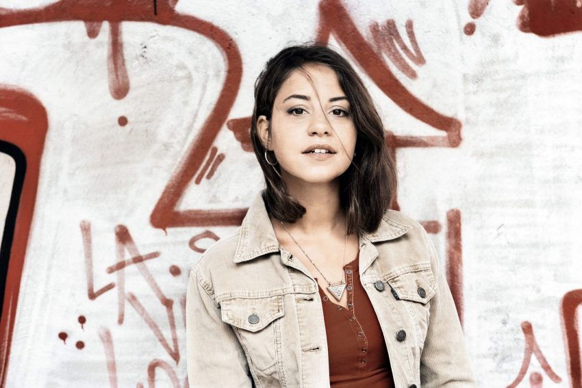 Almila Bagriacik als Aynur.
