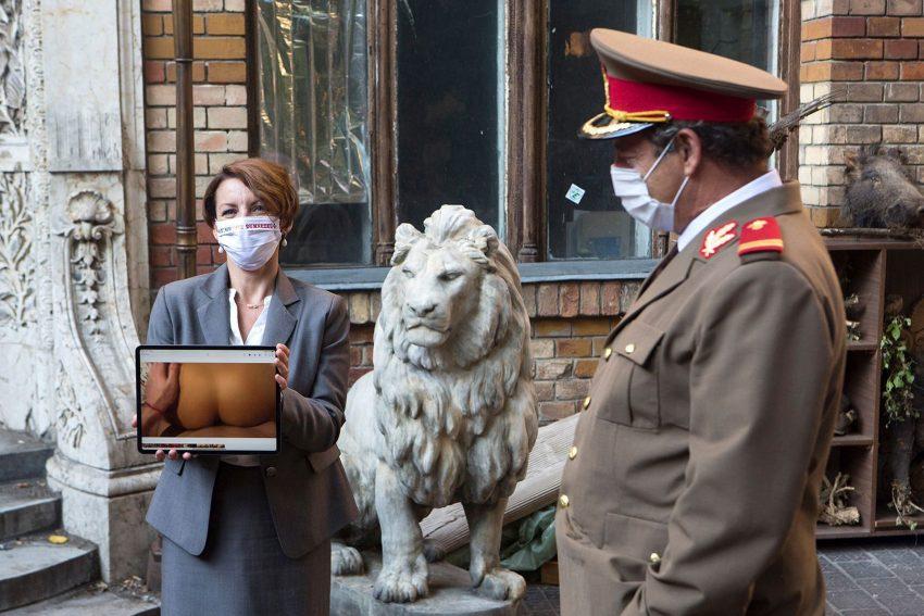 Die Direktorin zeigt das private Pornovideo auf einer Elternversammlung, Leutnant Gheorghescu (Nicodim Ungureanu) schaut genau hin.
