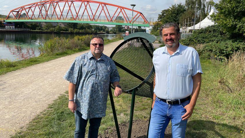 Neue Mülleimer für Fahrradfahrer am Kanal aufgestellt
