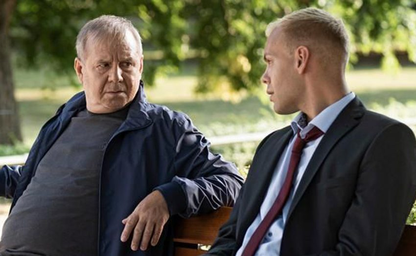 Schuss in der Nacht - im Bild: Norbert Bartels (Joachim Król) wird von Alexander Thomas (Hagen Bähr) aus dem Bundes-Innenministerium ausgefragt.