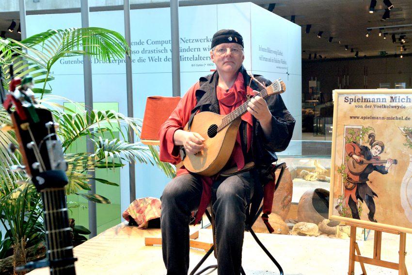 Der Musikus Spielmann Michel - alias Michael Völkel - war am Sonntag (4.7.2021) der Überraschungsgast für die Besucher im Archäologiemuseum.